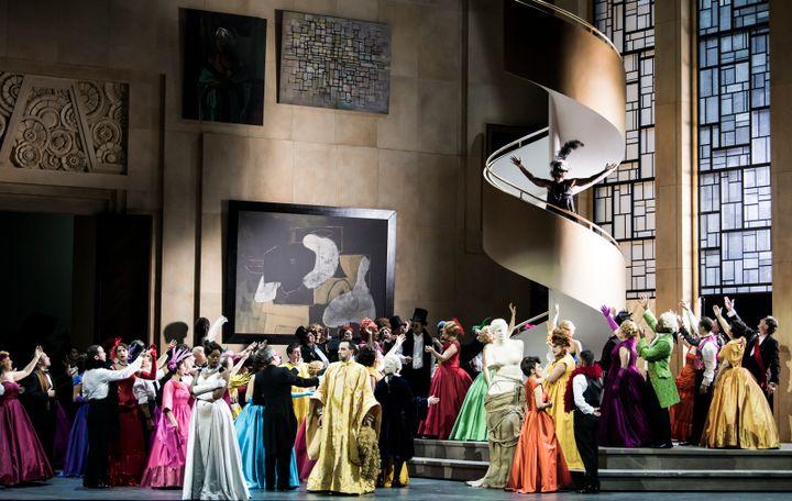 """Le décor années 1920-1930 de """"Manon"""" à l'Opéra Bastille. (JULIEN BENHAMOU)"""