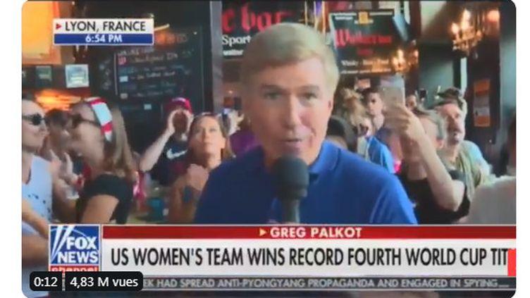 Pendant son duplex dans un bar de Lyon, lecorrespondant de la chaîne Fox News Greg Palkot a été chahutépar des anti-Trump, le 7 juillet 2019 (capture d'écran). (FOX NEWS)