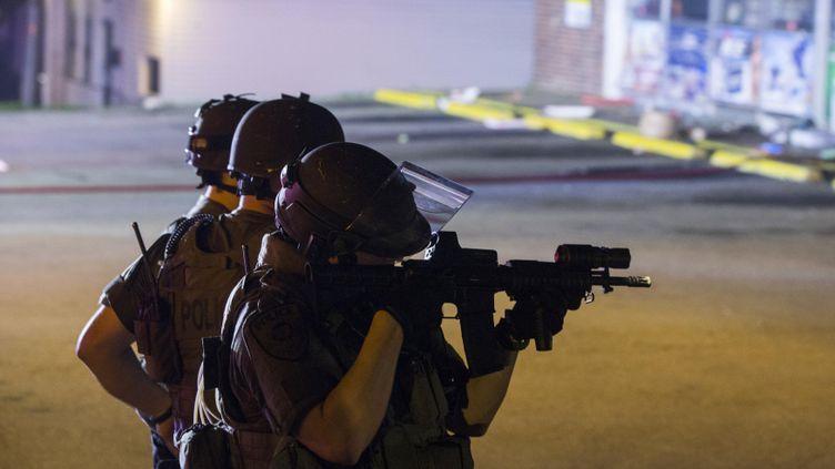 (Des policiers visent les auteurs du pillage du magasin Dellwood Market, à Ferguson le 17 août.   © REUTERS / Lucas Jackson)