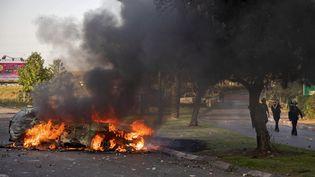 Une voiture de police incendiée après une manifestation d'Israëliens arabes à Lod (Israël),mardi 11 mai 2021. (- / AFP)