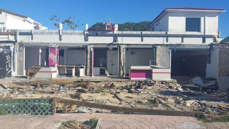 Six mois après l'ouragan Irma, les dégâts sont toujours visibles à Saint-Martin. (THIBAULT LEFEVRE / RADIOFRANCE)
