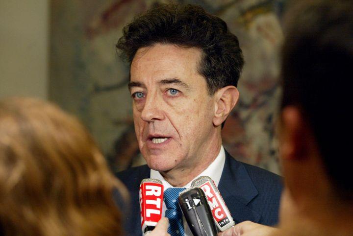 Yves Cochet répond aux questions des journalistes au ministère de l'Environnement, le 19 décembre 2001 à Paris. (FRANCOIS GUILLOT / AFP)
