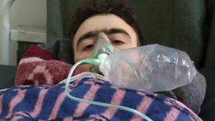 Un homme est soigné dans un hôpital syrien après une attaque au gaz toxique, mardi 4 avril 2017, près d'Idleb. (MOHAMED AL-BAKOUR / AFP)