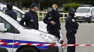 Des policiers sur les lieux du crime,à Magnanville(Yvelines), le 14 juin 2016, près du domiciled'un couple de policiers tués la veille. (CHRISTIAN HARTMANN / REUTERS)
