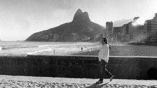 Tom Jobim le 4 juin 1991 à Rio de Janeiro, quelque part entre les fameuses plages d'Ipanema et de Leblon...  (Eduardo Firmo / Agência Estado / AFP)