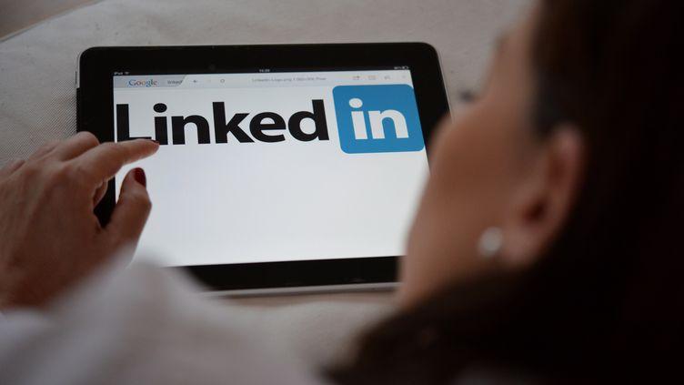 Le réseau social Linkedin consulté sur une tablette (photo d'illustration). (FRANK MAY / PICTURE ALLIANCE)