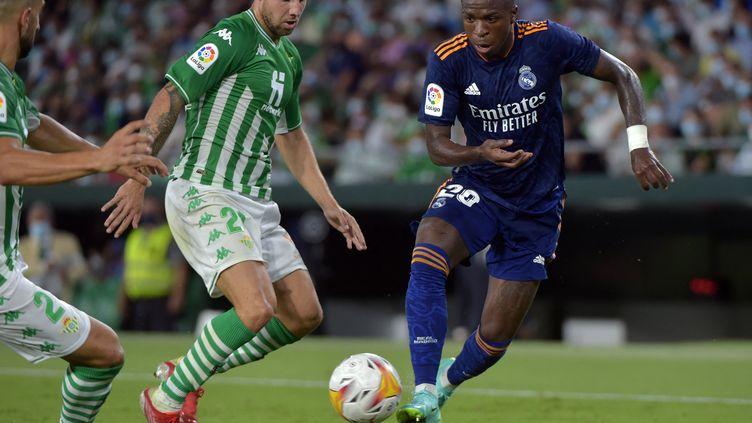 L'attaquant du Real Madrid, le BrésilienVinicius Junior, tente de faire la différence face au Betis Séville, le 28 août. (CRISTINA QUICLER / AFP)