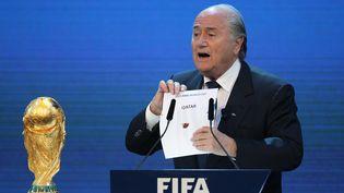 Le président de la Fifa, Sepp Blatter, dévoile à Zurich (Suisse), le 2 décembre 2010,le nom de l'organisateur de la Coupe du monde 2022 : ce sera le Qatar. (KARIM JAAFAR / AFP)