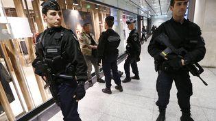 Des gendarmes effectuent des contrôles dans une station de métro parisienne, le 19 novembre 2015. (THOMAS SAMSON / AFP)