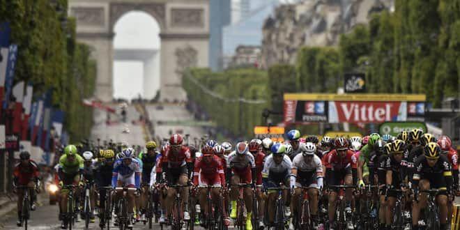 Le peloton dévalant les Champs-Elysées lors du Tour de France 2015