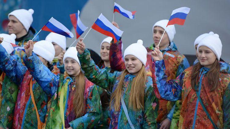 Des volontaires brandissent des drapeaux de la Russie (ANDREJ ISAKOVIC / AFP)
