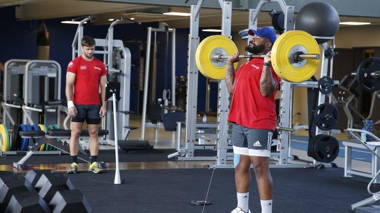Le centre de l'équipe de France de rugby Mathieu Bastareaud en pleine séance de musculation le 10 septembre 2015 à Marcoussis (Essonne). (THOMAS SAMSON / AFP)