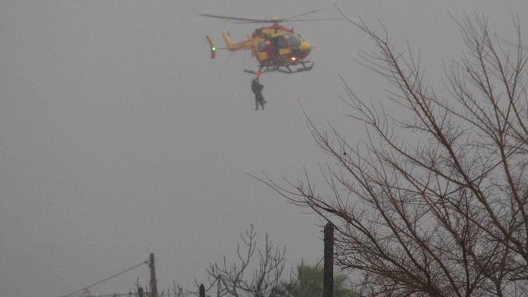 Une personne hélitreuillée dans le Var, le 19 janvier 2014. (  MAXPPP)