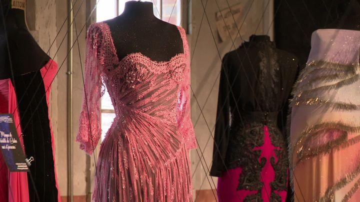 Eymeric François utilise l'épingle pour enrichir ses créations textiles (France3 Caen)