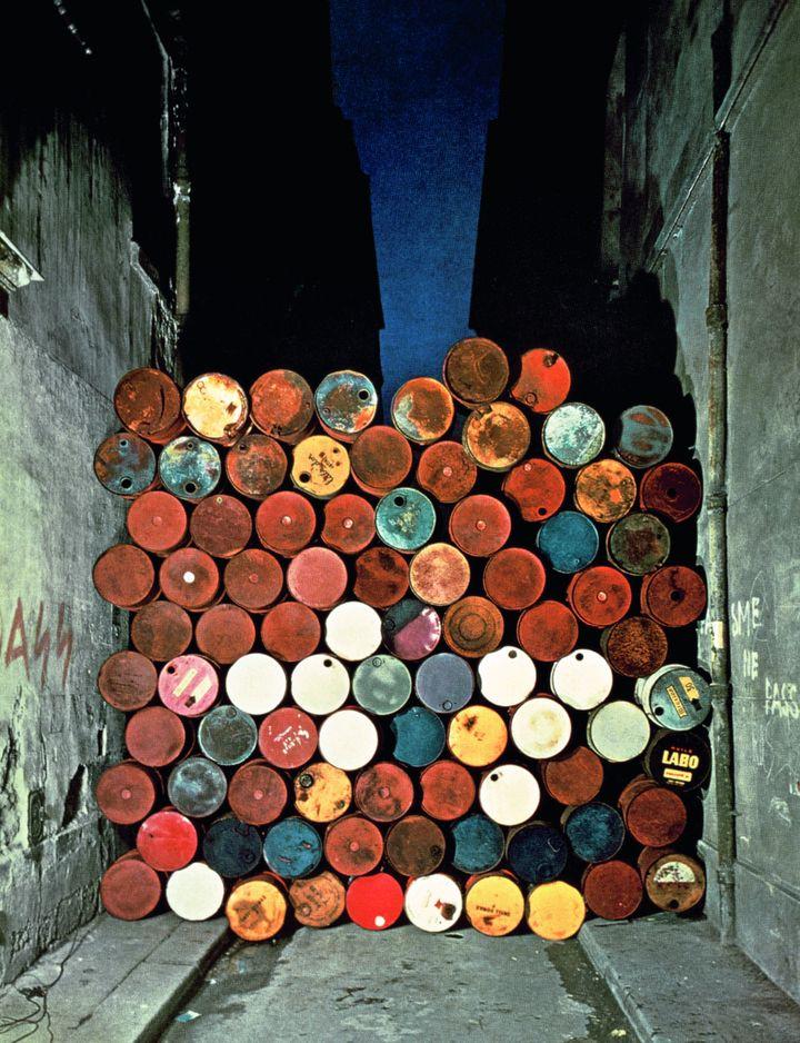 Installation de Christo obstruant la rue Visconti à Paris le 27 juin 1962 (© Christo 1962 - Mur provisoire de tonneaux métalliques – Le Rideau de fer)