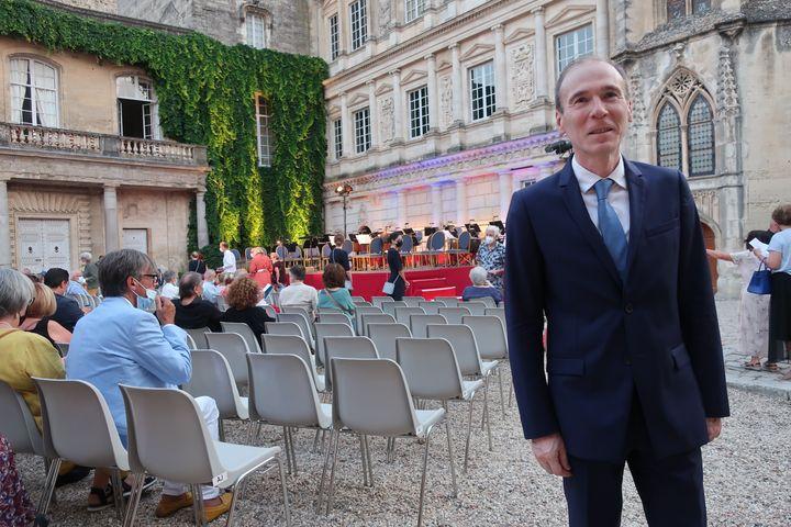 Éric Desnoues, directeur des Nuits musicales d'Uzès, dans la Cour du Duché à Uzès (Gard), le 21 juillet 2021 (Laurence Houot / FRANCEINFO CULTURE)