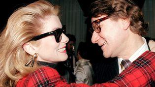 Catherine Deneuve et Yves Saint Laurent le 28 janvier 1987 après le défilé printemps-été  (PIERRE GUILLAUD / AFP)