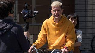 Le youtubeur français Cyprien tourne un court-métrage à Tokyo (2 avril 2019) (KAZUHIRO NOGI / AFP)