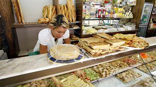 L'employée d'une boulangerie prépare la vitrine pour le ramadan, à Lille (Nord), le 20 août 2009. (PASCAL BONNIERE / MAXPPP)