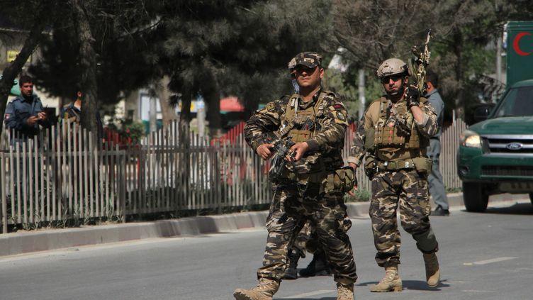 Des soldats sécurisent les lieux du double attentat revendiqué par l'Etat islamique, lundi 30 avril 2018. (HAROON SABAWOON / ANADOLU AGENCY)