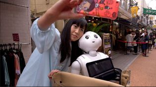"Tomomi et Pepper son robot. ""L'Angle éco"" Juin 2015 ( FRANCE 2 / FRANCE TV INFO )"
