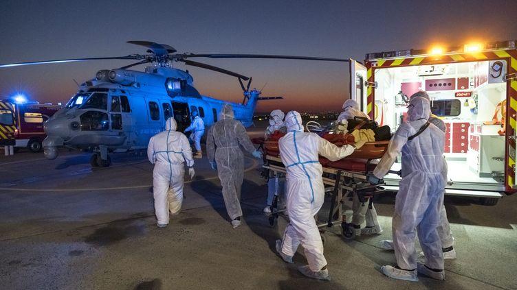 Les hôpitaux parisiens saturent.des patients atteints du coronavirus sont évacués dans d'autres régions de France, comme ici le 1 avril par avion militaire. (JULIEN FECHTER / FRENCH AIR FORCE HANDOUT / MAXPPP)