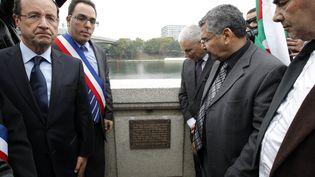 A Asnières (Hauts-de-Seine), François Hollande accompagné du maire de la ville,le 17 octobre 2011,lors d'un hommage aux victimes de la répression du 17 octobre 1961, durant la guerre d'Algérie. (PATRICK KOVARIK / AFP)