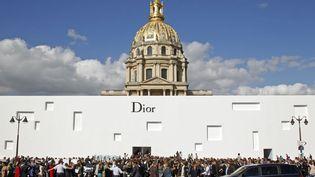 Affluence devant l'hôtel des Invalides pour le défilé Dior printemps-été 2013 à Paris, le 28 septembre 2012. (BENOIT TESSIER / REUTERS)