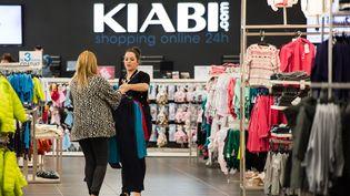 Une cliente reçoit les conseils d'une vendeuse dans un magasin Kiabi à Faches-Tumesnil (Nord), le 23 septembre 2014. (PHILIPPE HUGUEN / AFP)