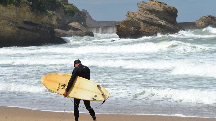 Un surfeur sur la plage de Biarritz, en juin 2020. (STÉPHANE GARCIA / FRANCE-BLEU PAYS BASQUE)
