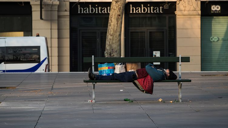 Un sans-abri dort sur un banc public à Paris, le 17 mars 2020 (photo d'illustration).  (JOEL SAGET / AFP)