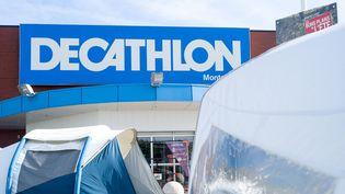 Un magasin Decathlon à Montauban (Tarn-et-Garonne), le 25 juillet 2020. (PATRICIA HUCHOT-BOISSIER / HANS LUCAS / AFP)
