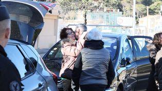 Des Français quittent le centre de Carry-le-Rouet, le 14 février. (SERGE GUEROULT / MAXPPP)