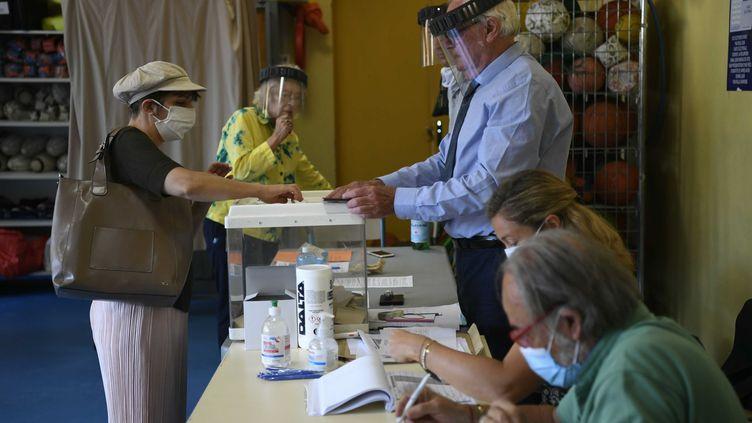 Un femme est en train de voter pour lesélections municipales àMarseille (Bouches-du-Rhône) dimanche 28 juin 2020. (CHRISTOPHE SIMON / AFP)