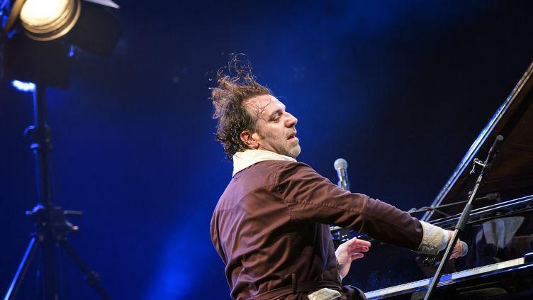 Chilly Gonzales, au Montreux Jazz Festival, en 2017. (FABRICE COFFRINI / AFP)