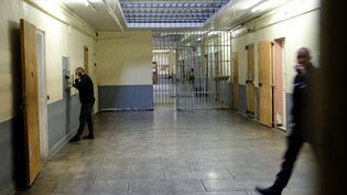 Un homme est au téléphone dans la prison des Baumettes à Marseille (Bouches-du-Rhône), le 6 novembre 2017. (BORIS HORVAT / AFP)