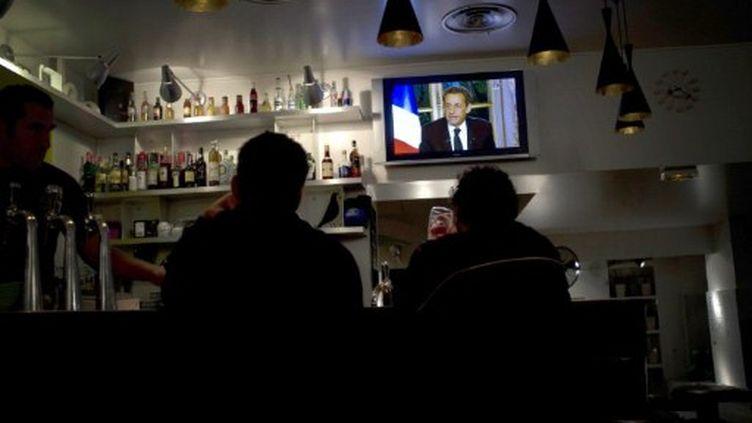 L'intervention de Nicolas Sarkozy jeudi dernier suivi dans un café (JEAN-PHILIPPE KSIAZEK / AFP)