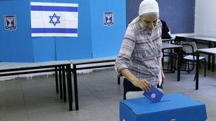 Une femme vote à Tel Aviv lors des dernières élections législatives en Israël, le 9 avril 2019 (AMIT SHAAL / SPUTNIK)