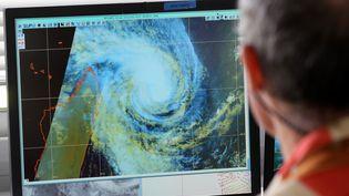 Un employé de Météo France devant un écran, en janvier 2013. (RICHARD BOUHET / AFP)
