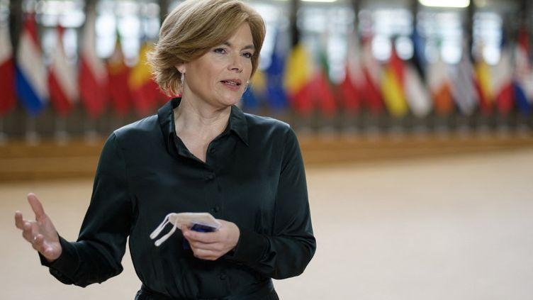 La ministre allemande de l'Agriculture, Julia Klöckner, s'adresse à la presse pendant les négociations sur la nouvelle politique agricole commune (PAC), le 26 mai 2021 à Bruxelles (Belgique). (THIERRY MONASSE / AFP)