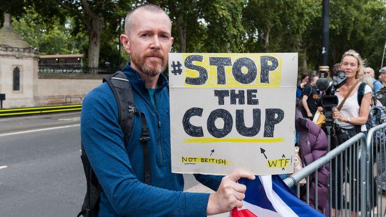"""Un manifestant contre la sortie du Royaume-Uni de l'Union européenne sans accord porte une pancarte sur laquelle on peut lire """"Stop the coup"""", le 28 août 2019 à Londres. (WIKTOR SZYMANOWICZ / NURPHOTO / AFP)"""