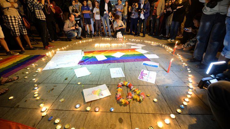 Des militants marocains participent à une veillée à Rabat (Maroc) le 15 juin 2016, pour rendre hommage aux victimes gays Orlando (Floride) (FADEL SENNA / AFP)