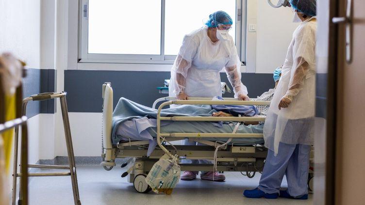 Dans une unité Covid-19 à l'hôpital de Limoges, le 12 mars 2020. (BURGER / PHANIE / AFP)