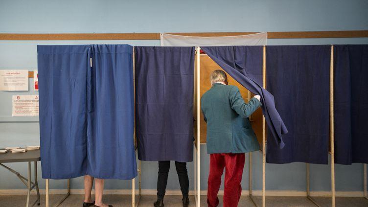 Des électeurs dans l'isoloir, lors du premier tour de la présidentielle, à Bordeaux (Gironde), le 23 avril 2017. (HANS LUCAS)