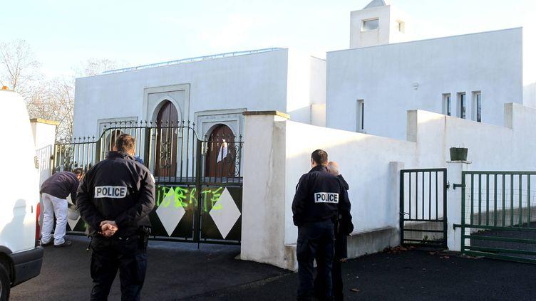 Des tags sur le portail d'une mosquée, à Bayonne (Pyrénées-Atlantiques), le 9 janvier 2015. (CHOPIN JEAN DANIEL / MAXPPP)