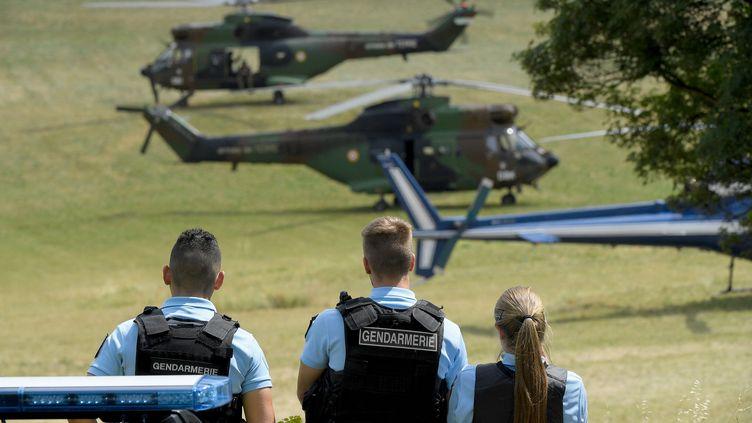 Des gendarmesen faction àGréolières (Alpes-Maritimes), lors de la recherche d'un homme suspecté de meurtre, le 19 juillet 2021. (NICOLAS TUCAT / AFP)