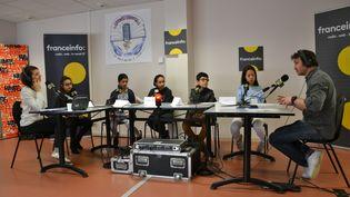 Julien Moch est rédacteur en chef à franceinfo. Il répond aux questions des collégiens pour l'émission franceinfo junior, animée par la journaliste Céline Asselot (à gauche). (ESTELLE FAURE / FRANCEINFO - RADIOFRANCE)