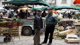 Des habitants de Villeneuve-sur-Lot (Lot-et-Garonne), le 18 mai 2013. (JEAN PIERRE MULLER / AFP)
