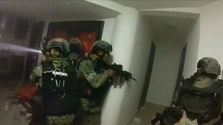"""Capture d'écran de la vidéo de l'assaut contre"""" El Chapo"""" par une unité d'élite de la Marine mexicaine, à Los Mochis (Mexique), le 8 janvier 2016. (HO / MEXICAN NAVY / AFP)"""