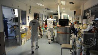 Dans l'unité de soins intensifs de l'hôpital Jacques-Cartier de Massy (Essonne), en décembre 2020. (PASCAL BACHELET / BSIP / AFP)